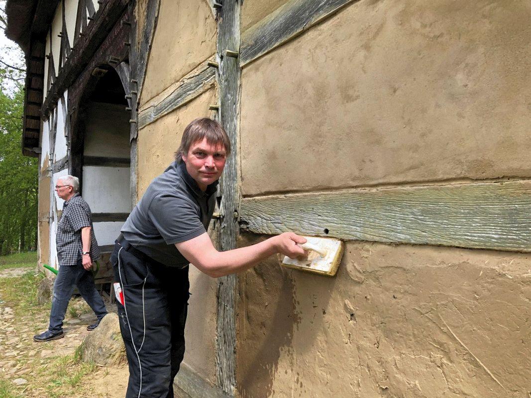 Alter Baustoff neu angewendet – Lehmbauseminar im Museumsdorf Hösseringen
