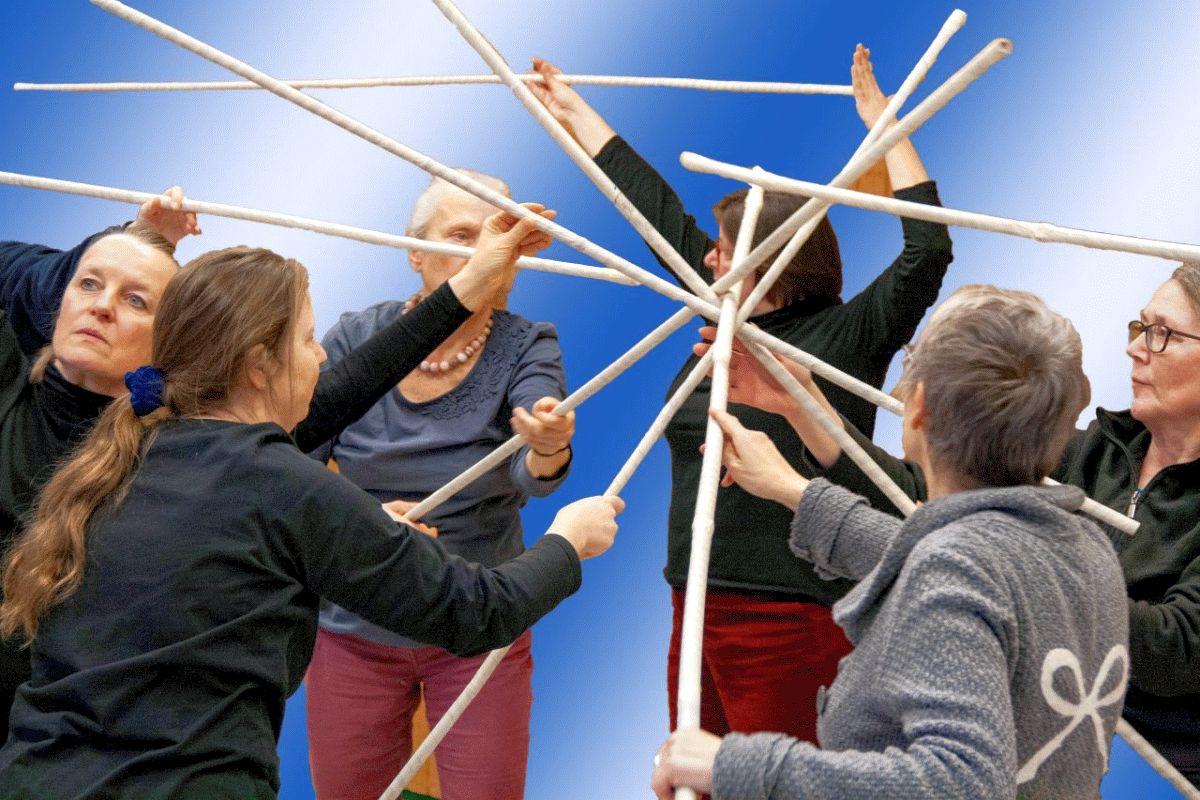 """Die vhs Performancegruppe TanzAktionPerformanceObjekte = TAPO zeigt """"TEAMbau – wir bauen uns eine neue Welt"""":"""