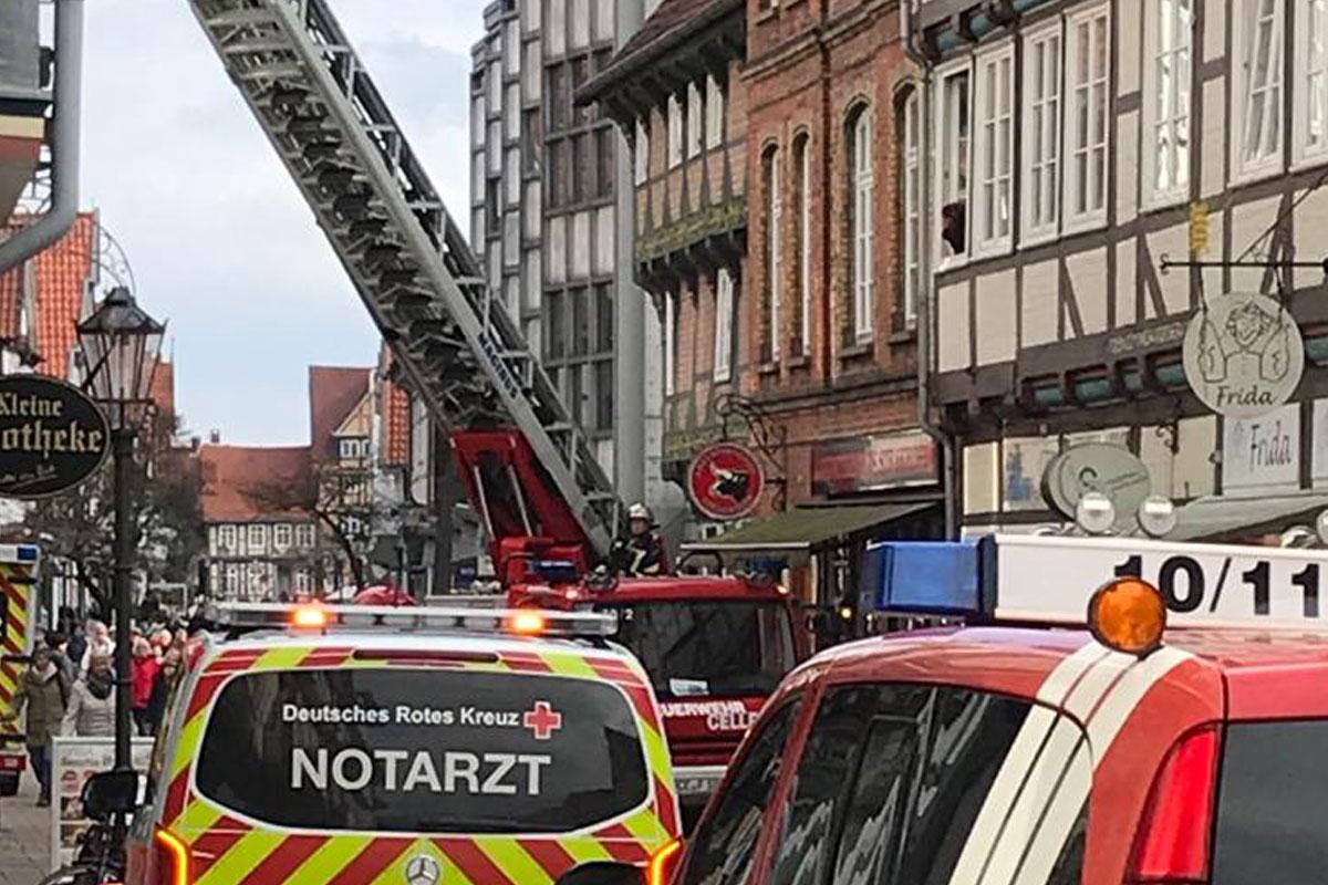 Feuerwehr unterstützt Rettungsdienst mit Drehleiter