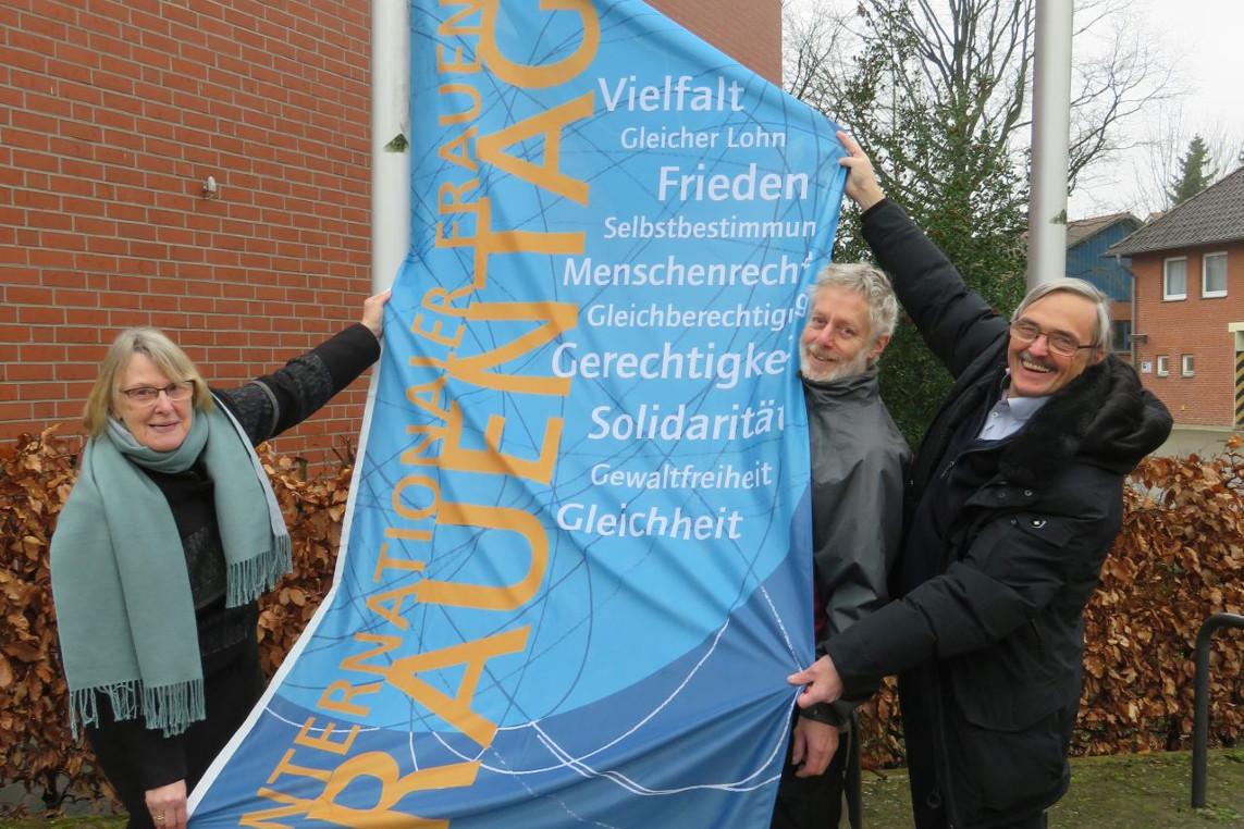 Internationaler Weltfrauentag – Gleichstellungsbeauftragte der Gemeinde Südheide hisste Flagge.