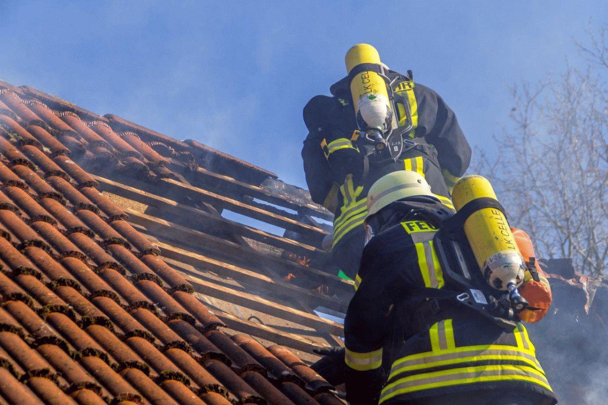 Zimmerbrand schlägt auf Dachstuhl über