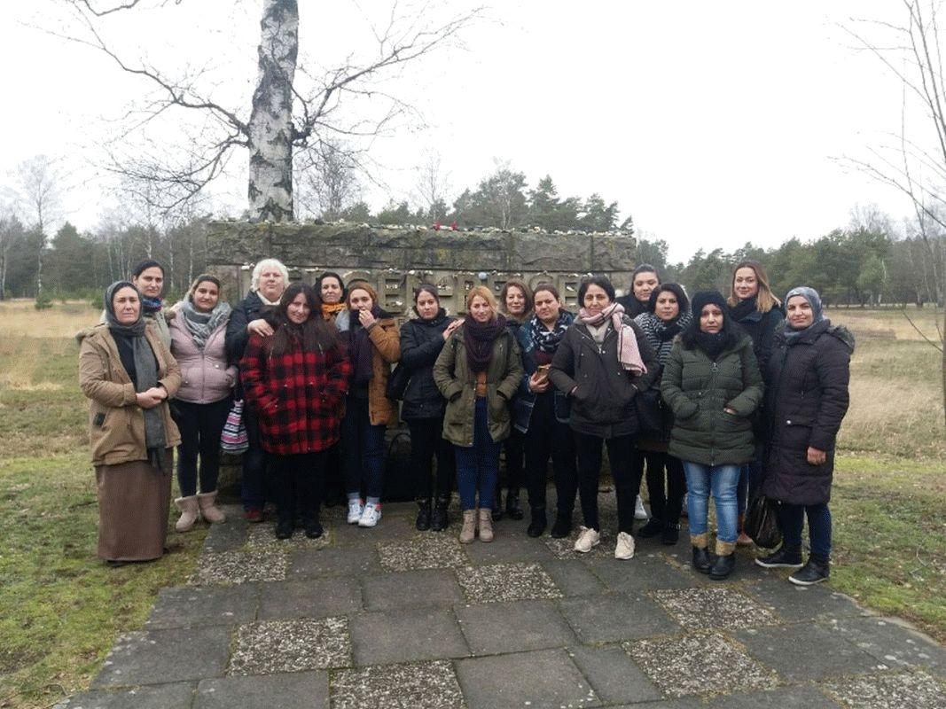 """""""Das Leid muss ein Ende haben – und eine Erinnerung"""" – Geflüchtete Frauen besuchen die Gedenkstätte KZ Bergen-Belsen"""