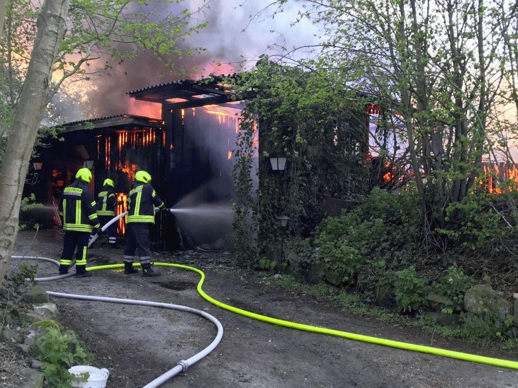 80 Einsatzkräfte bekämpften einen Großbrand: Gebäude und Fahrzeuge brannten *** aktualisiert