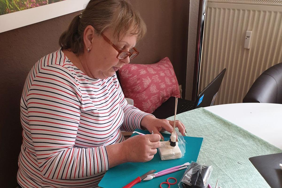Anne Wycisk vom WEISSEN Ring berät auch in Coronazeiten  – jetzt näht sie auch Mundschutz