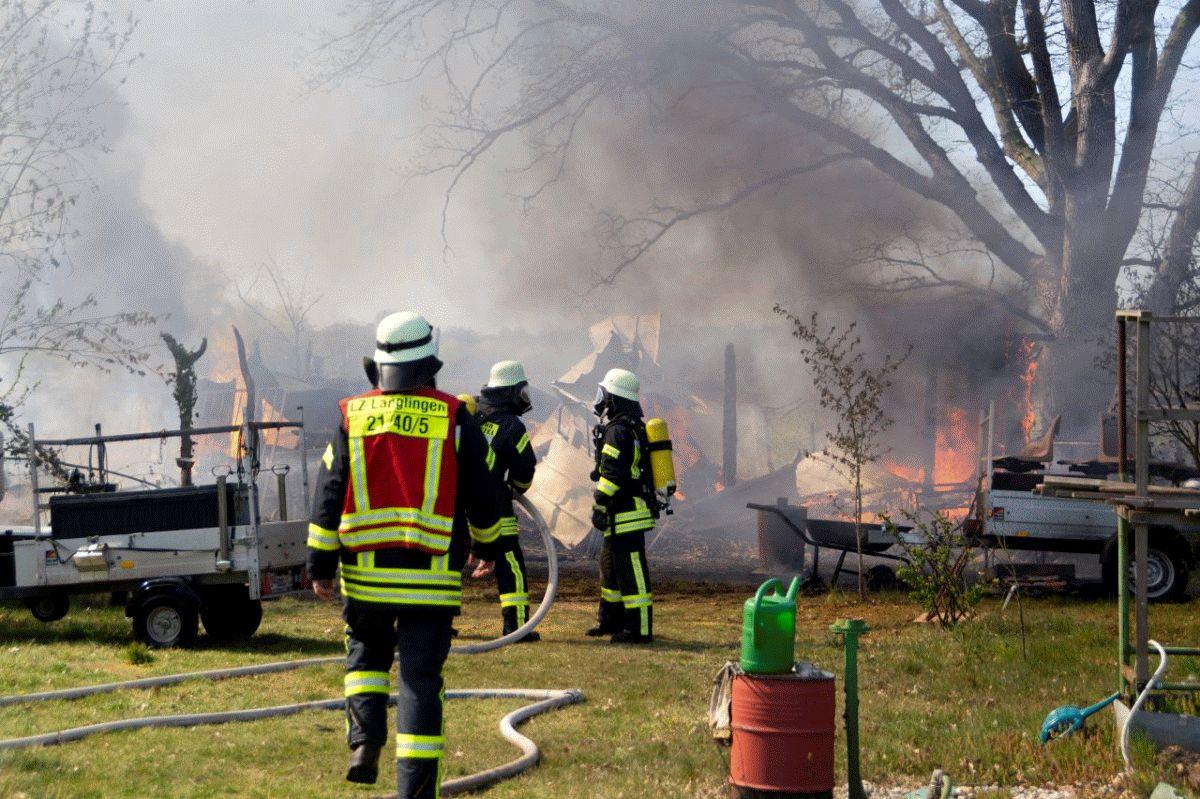 Feuer zerstört Gartenlaube  – Ausbreitung auf weitere Lauben verhindert