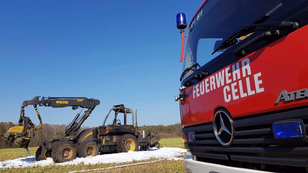 Forstmaschine brennt in Scheuen in voller Ausdehnung