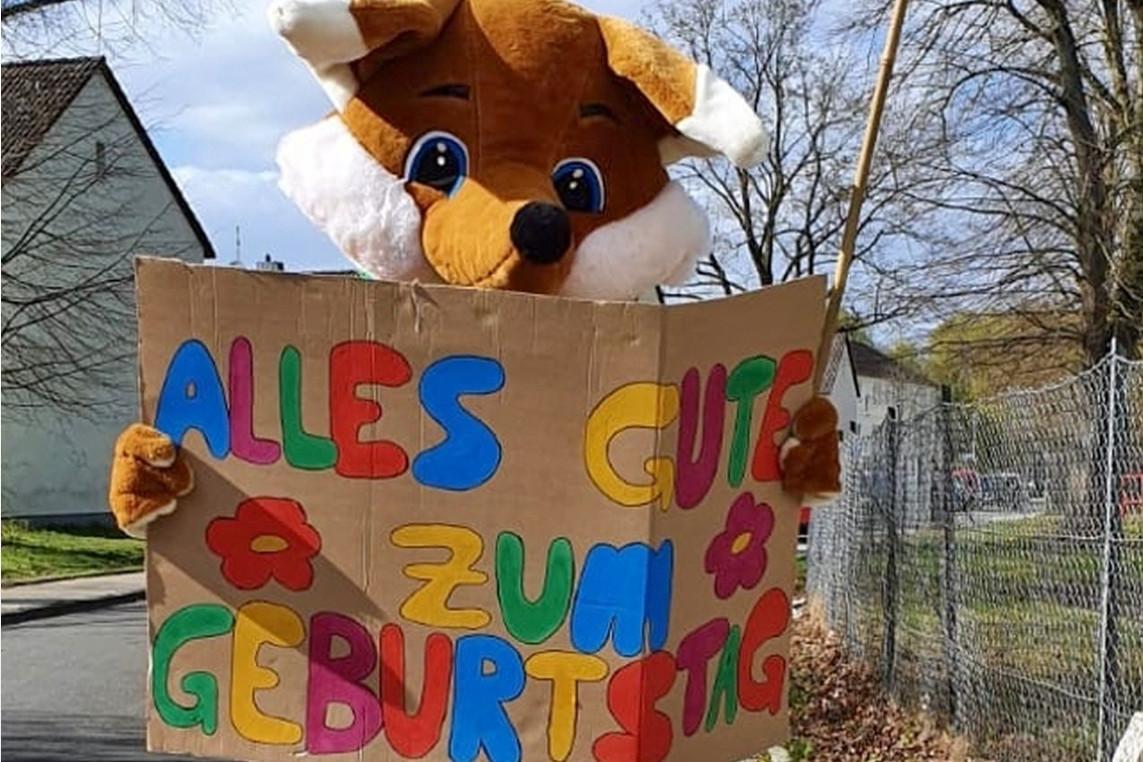 Stadtteilfuchs Foxie gratuliert zum Geburtstag