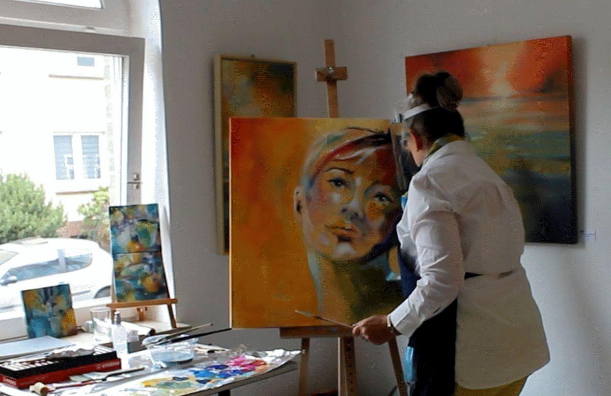 Gabriele Templin-Kirz hat keine Angst vor großen Köpfen – Augenöffnende Momente bei der Malvorführung im atelier 22