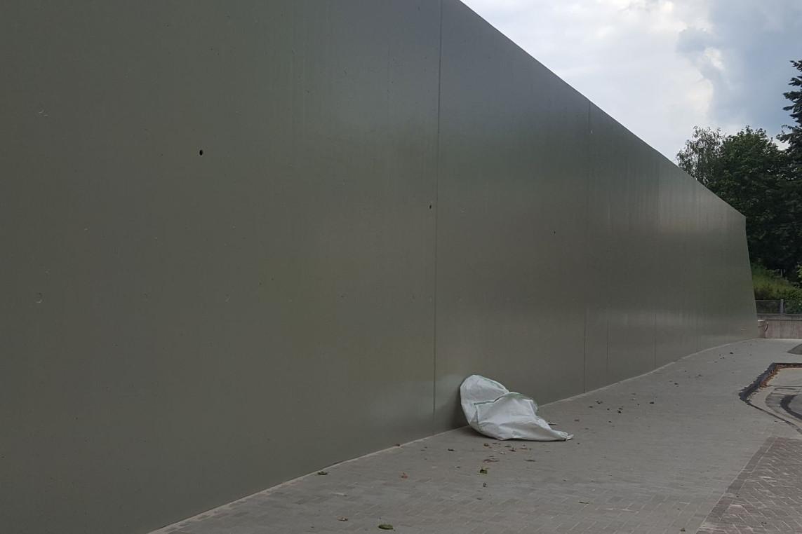 Grüne beantragen Begrünung der Betonstützmauer am Bahnhof