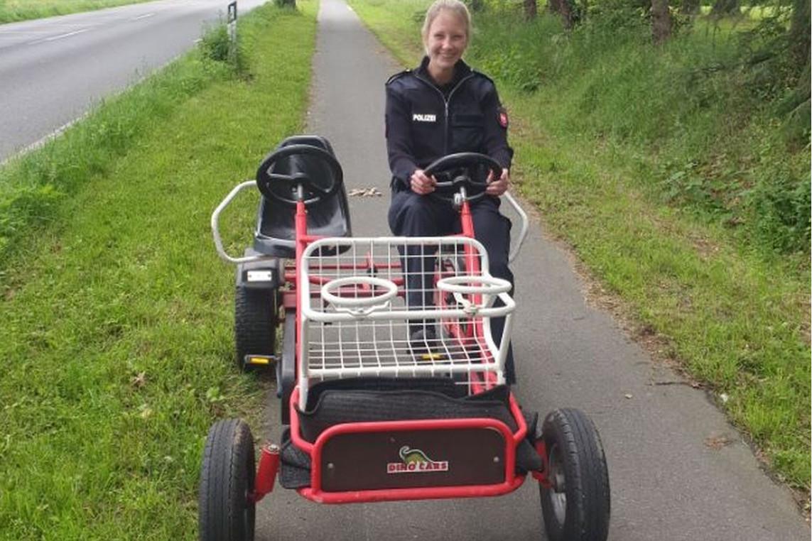 Kettcar-Fahrer entsorgt Müllsäcke – Polizei sucht Eigentümer des mutmaßlich entwendeten Kettcars
