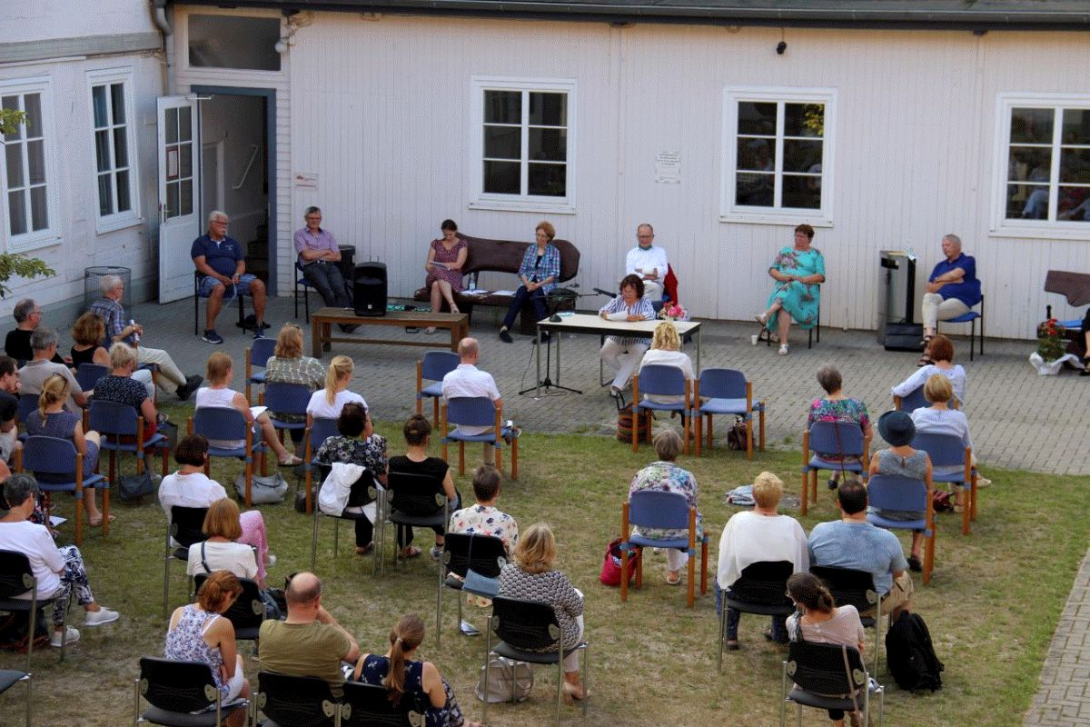 Open-Air-Lesung mit Sommerkuchen und Schweine-Schwaddl