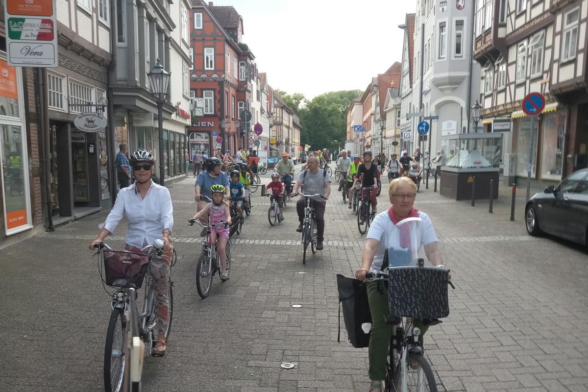 """Erste """"Cidical Mass"""" der VCD Kreisgruppe Celle setzt sich für die Verkehrssicherheit der Radfahrenden ein"""