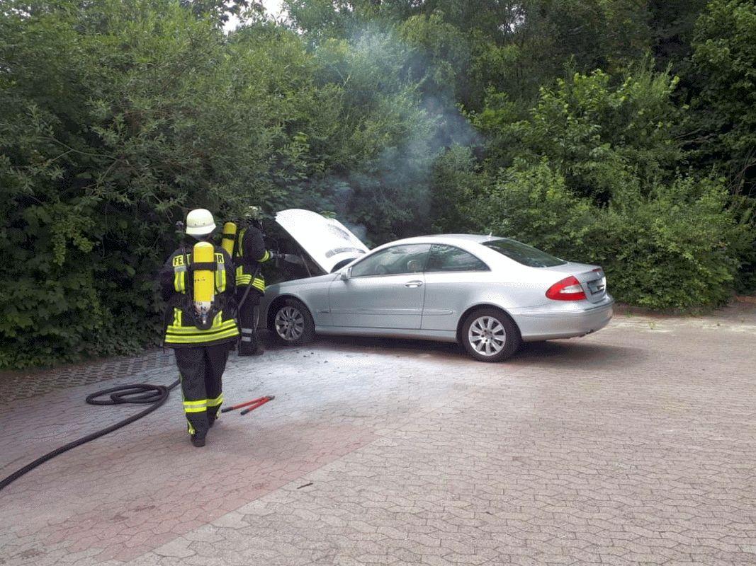 Ortsfeuerwehr Wienhausen löscht Fahrzeugbrand