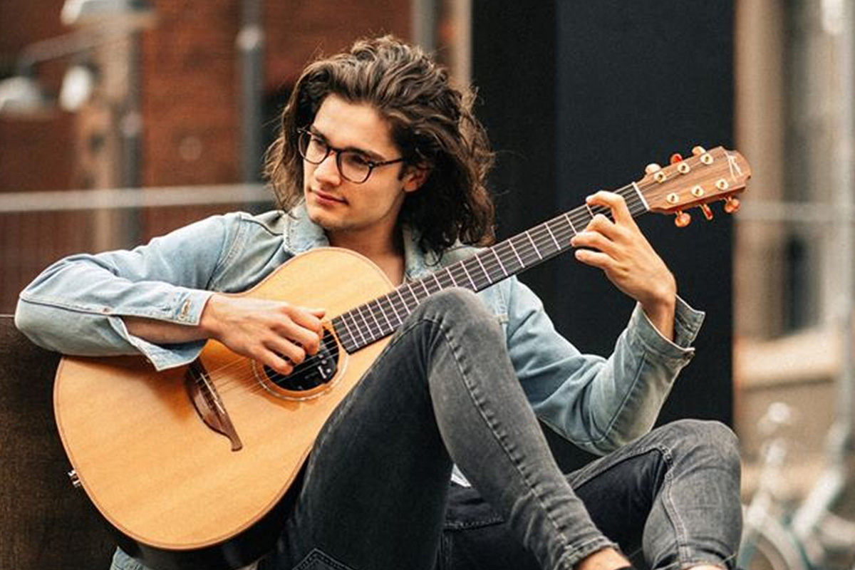 Der Akustikgitarrist Peter Groesdonk kommt am  22. August 2020 nach Bröckel