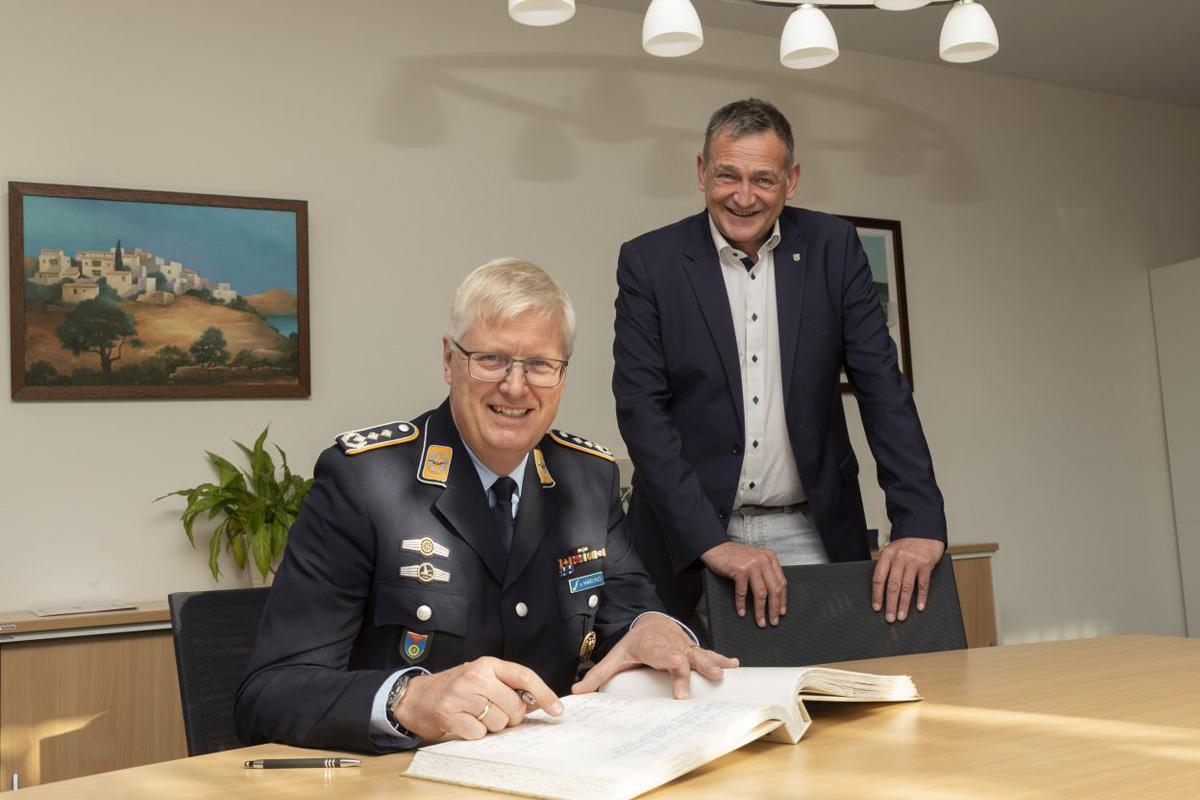 Bürgermeister verabschiedet Oberst v. Harling – Eintrag ins Goldene Buch der Gemeinde