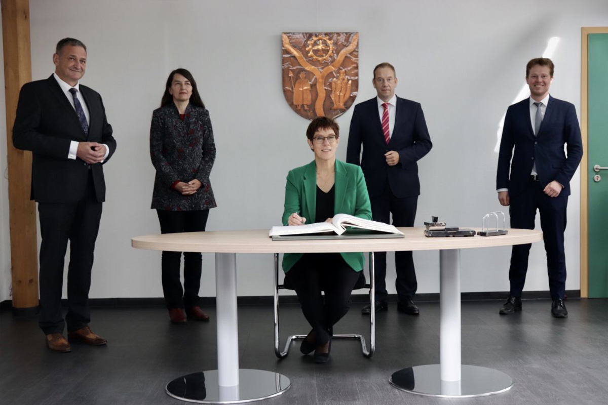Bundesministerin der Verteidigung besucht Heeresflieger und Gemeindeverwaltung in Faßberg