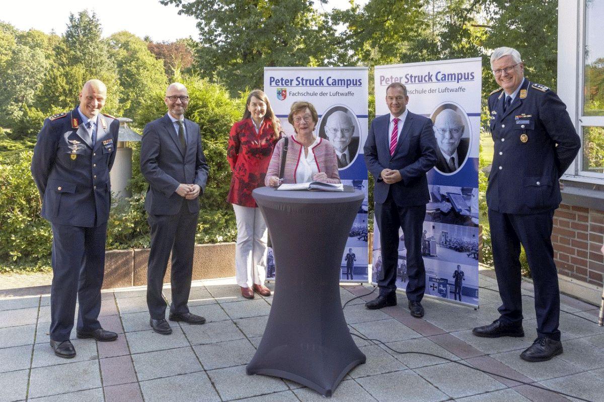 Fachschule der Luftwaffe erhält Beinamen 'Peter Struck Campus' Staatssekretär Dr. Peter Tauber und Brigitte Struck zu Gast in Faßberg