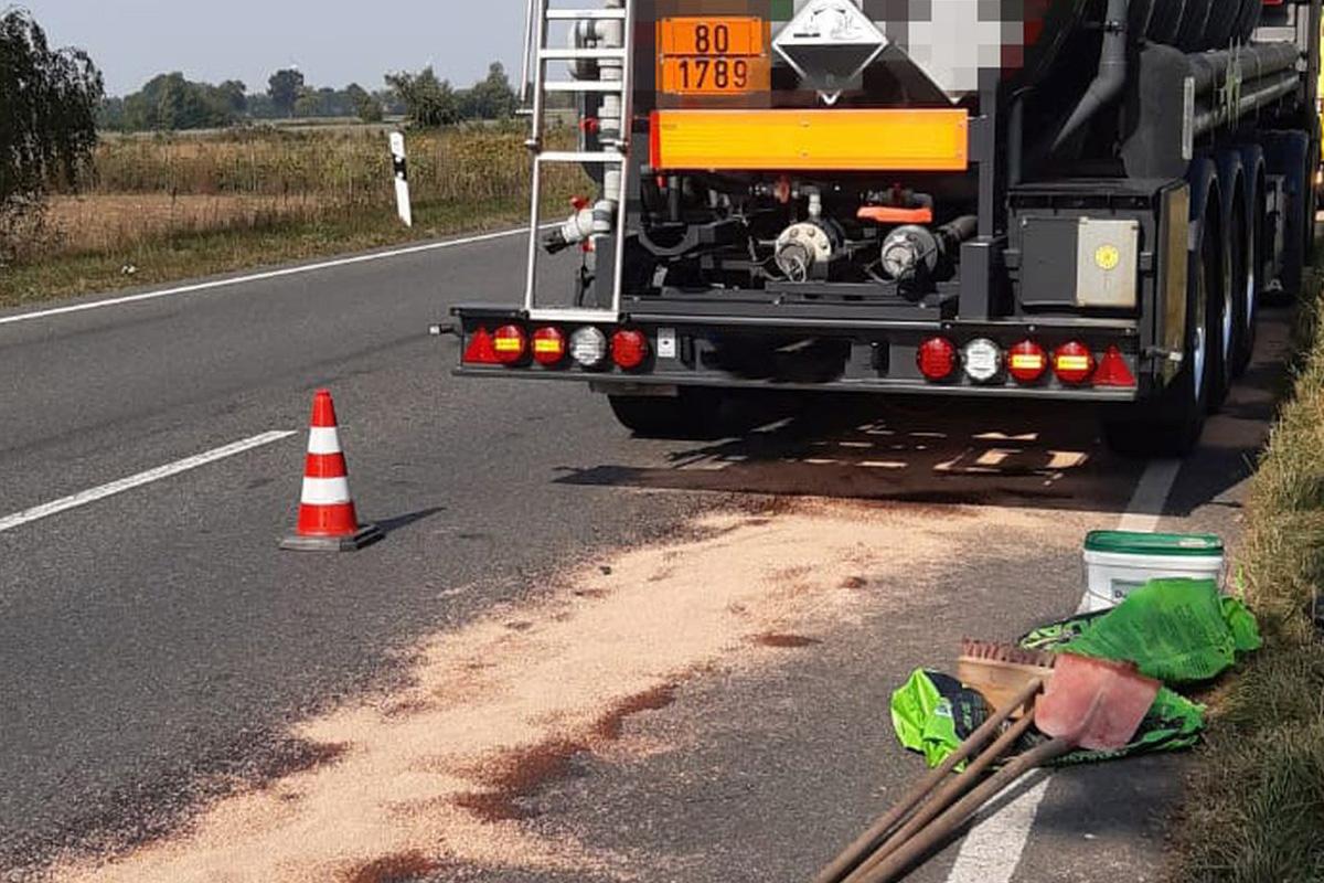Feuerwehr beseitigt Ölspur nach Unfall mit LKW