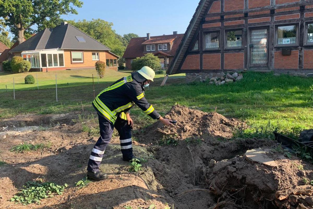 Gasleitung bei Baggerarbeiten beschädigt – Feuerwehr Flotwedel mit mehreren Ortsfeuerwehren vor Ort