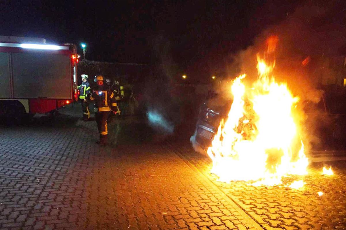 Drei PKW-Brände innerhalb von 30 Minuten im Stadtgebiet *** aktualisiert