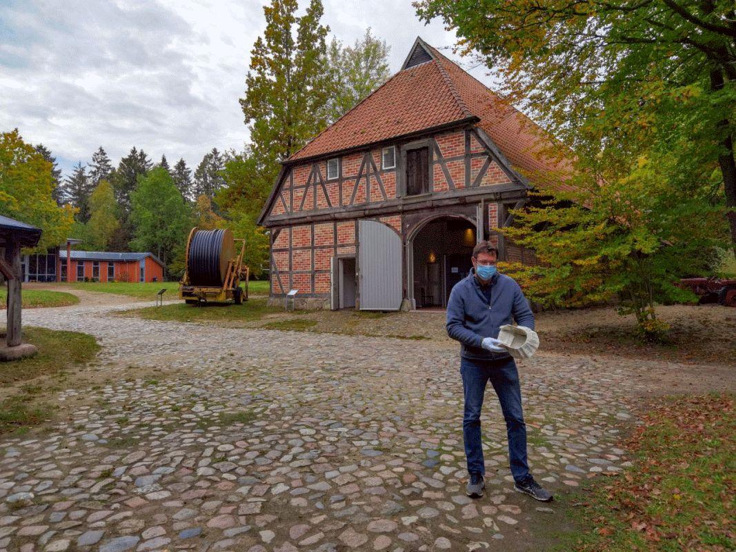 Ein Brief überdauert in einer Haube – Museumsdorf zeigt besondere Stücke aus der Sammlung