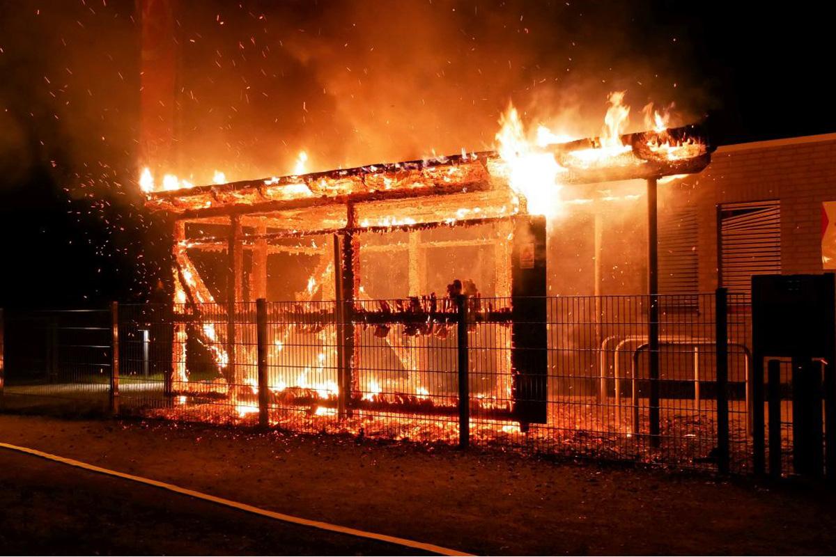 Holzunterstand auf dem Gelände eines Kindergartens Opfer der Flammen *** aktualisiert