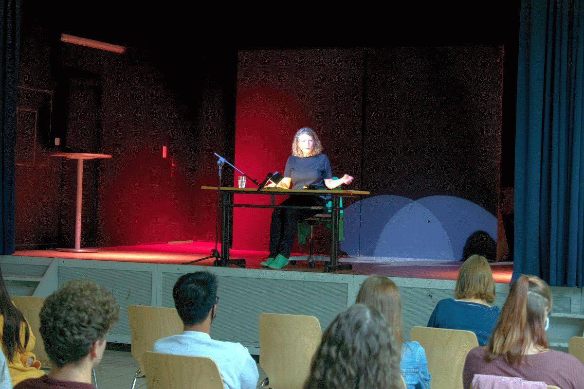 Katharina Schütz liest im Beruflichen Gymnasium der BBS2