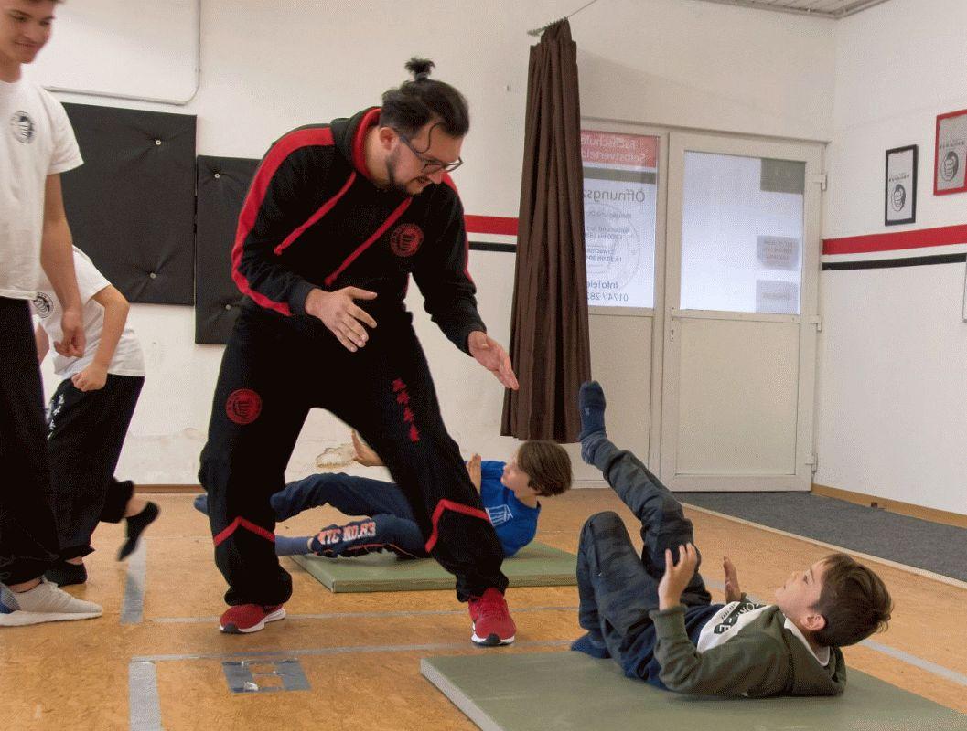 Kinder probieren in den Ferien Kampfkunst aus