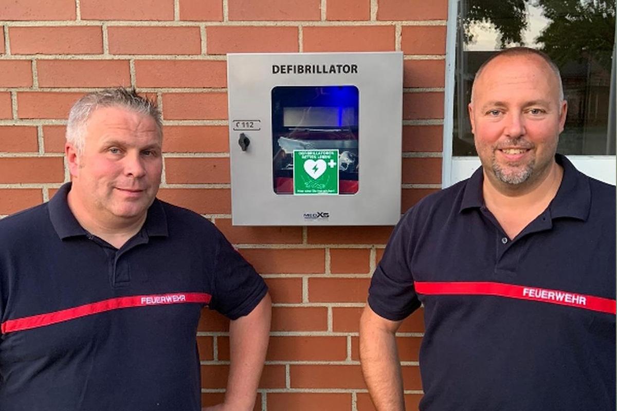 Ortsfeuerwehr Bröckel leistet Beitrag zum Bevölkerungsschutz  -Defibrillator am Feuerwehrhaus montiert