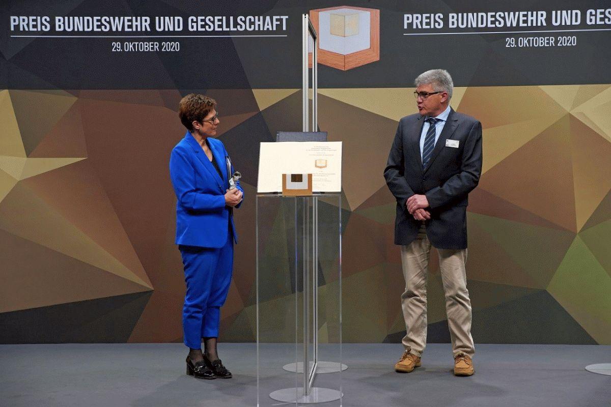 """AKK verleiht zum sechsten Mal den """"Preis Bundeswehr und Gesellschaft"""" -Förderverein Luftbrückenmuseum Faßberg erhält Auszeichnung"""