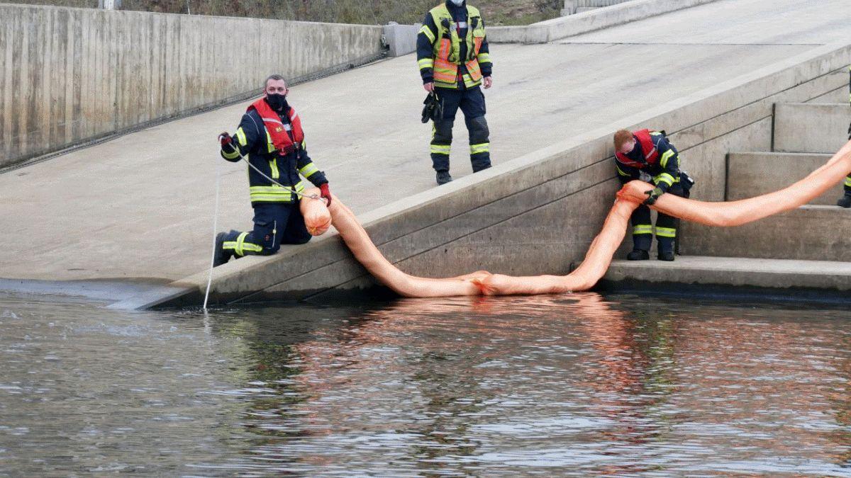Feuerwehr Celle im Einsatz gegen Öl auf Gewässer im Celler Hafen