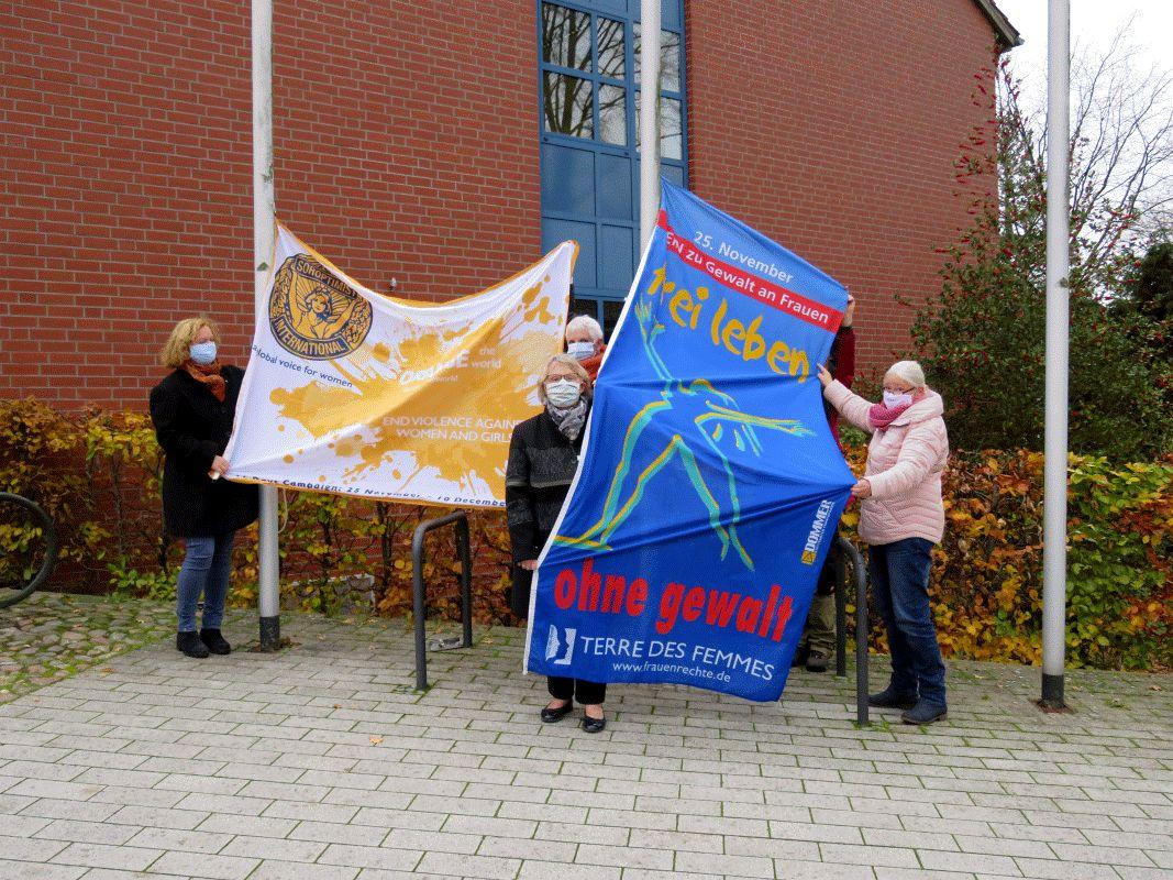 """Flaggen am Hermannsburger Rathaus zum Internationalen Tag """"Nein zur Gewalt an Frauen!"""" und den Orange-Days"""
