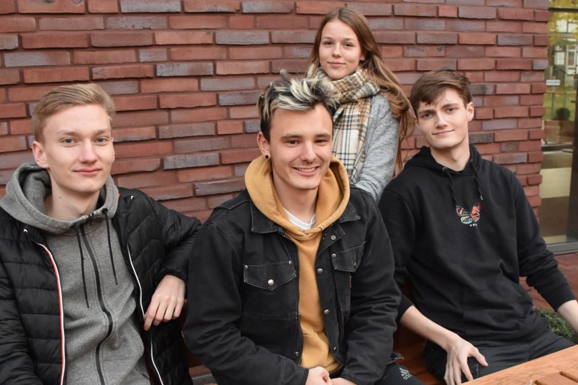 Jugendliche packen Basteltüten für Kinder