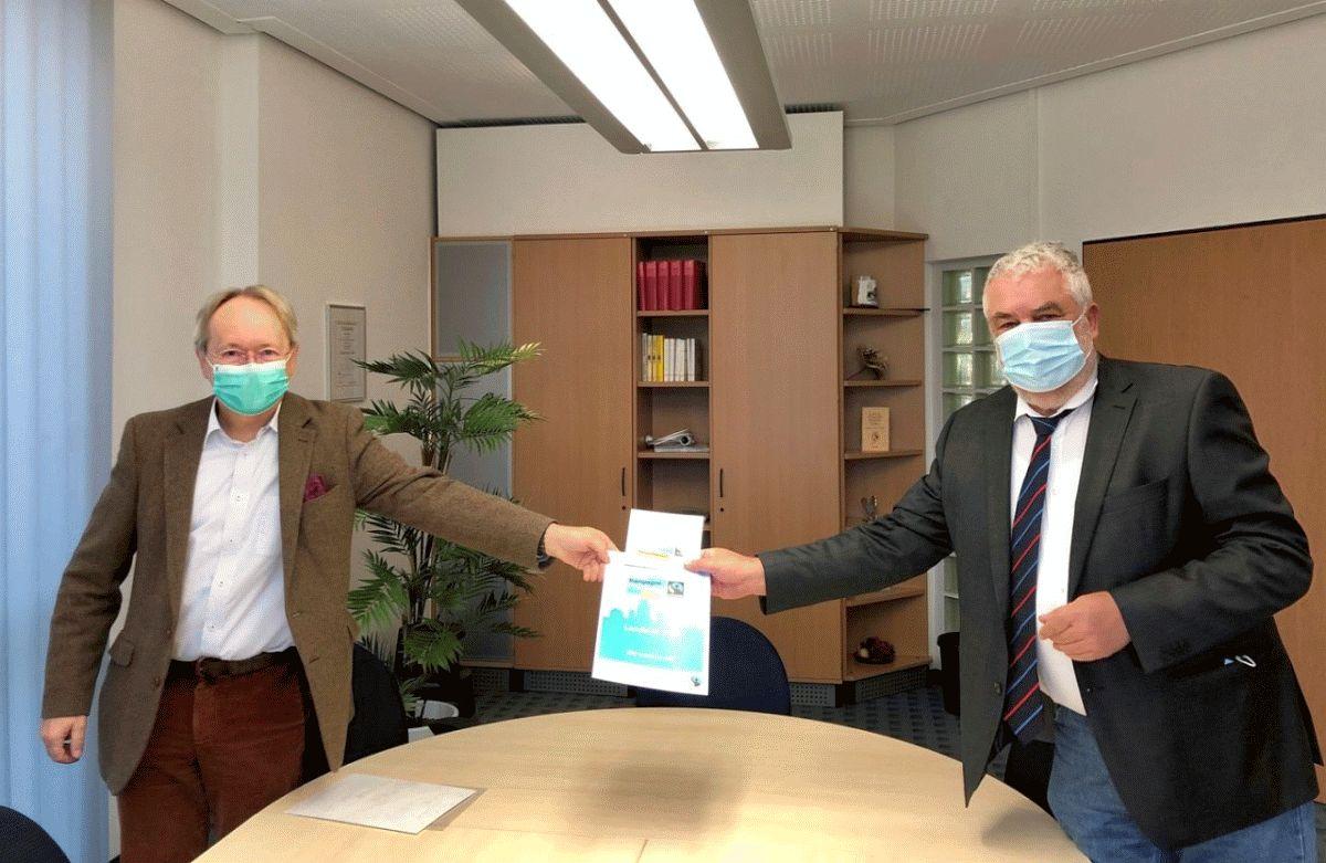 Landkreis macht mit bei Fairtrade – Neuenhäusens Ortsbürgermeister überreicht Landrat Urkunde