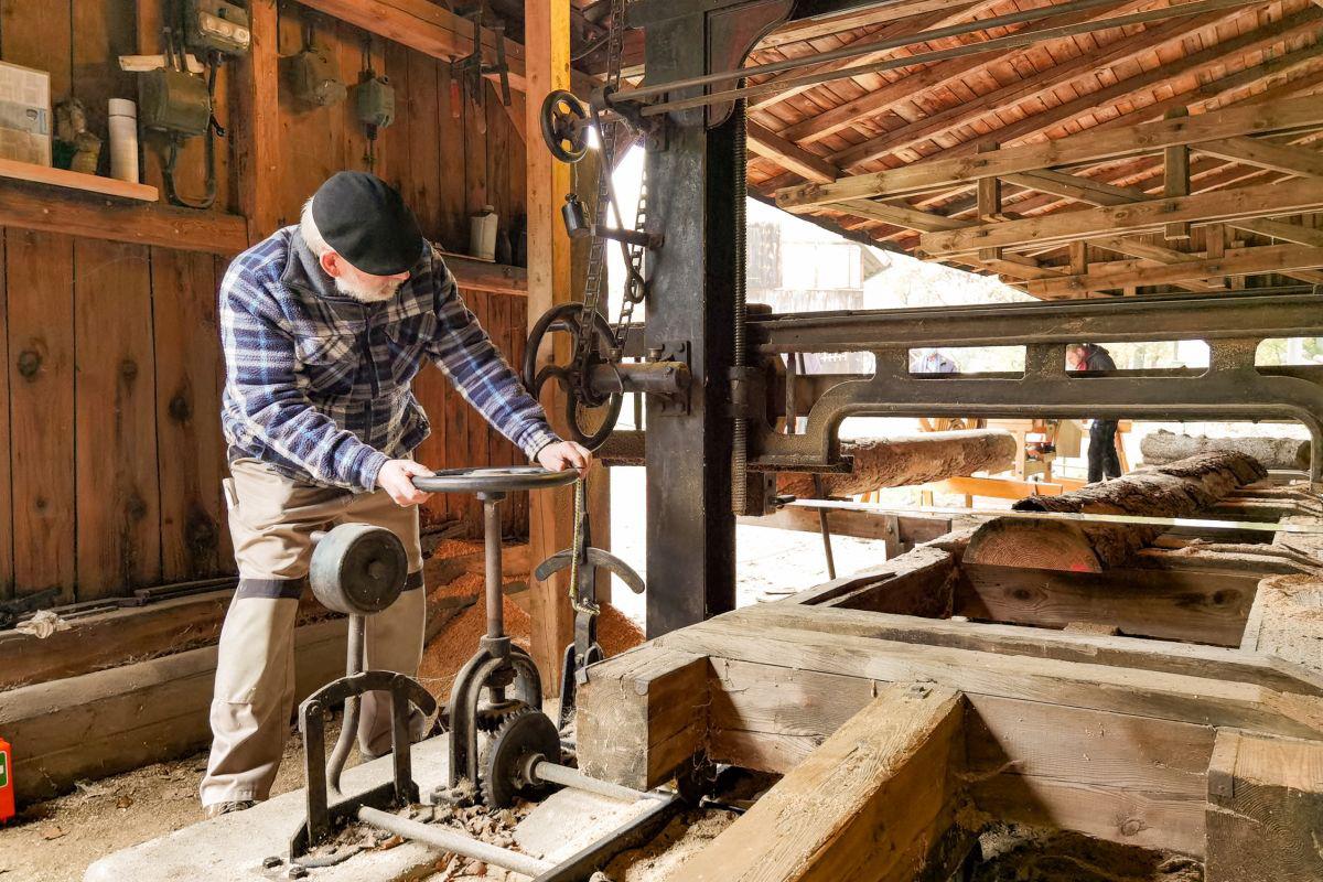 100 Jahre alt und immer noch im Einsatz – Sägegatter im Museumsdorf wird generalüberholt