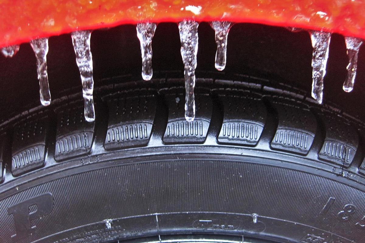 ADAC Tipps für das Fahren auf glatten Straßen: Temperaturen runter – Winterreifen drauf