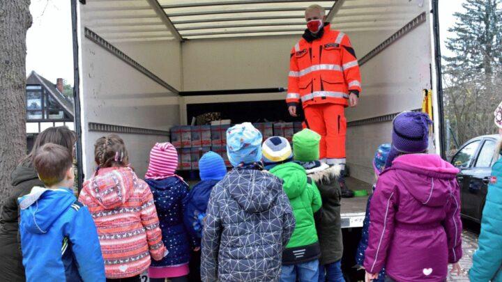 """""""Ihr bringt die Sache auf den Weg!"""" – 177 Pakete! Johanniter-Ehrenamt sammelt Weihnachtstrucker-Spenden im Landkreis Celle ein"""