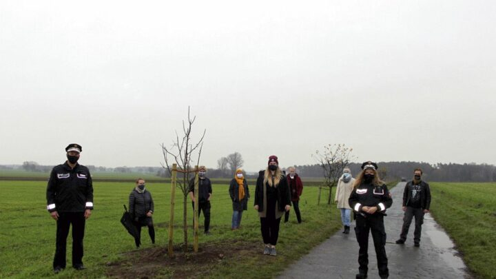 """Aktion """"Bäume pflanzen für den Frieden"""" auf dem Kampweg"""