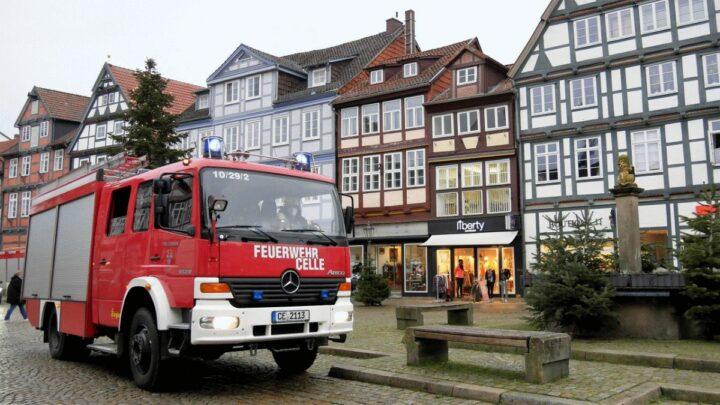 Drei Einsätze innerhalb einer Stunde in Celle:  Person in Maschine, Rauchgeruch in Fachwerkhaus, Brandalarm in Oberschule