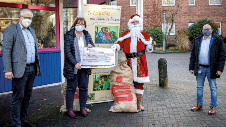 Gemeinschaftsaktion der regionalen Sparkassen – Kurz vor dem Endspurt: Der Weihnachtsmann besucht Celle
