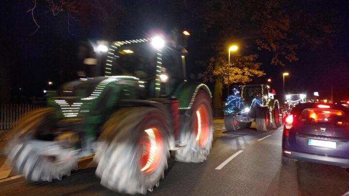 Großer Weihnachts-Trecker-Konvoi begeistert die Menschen