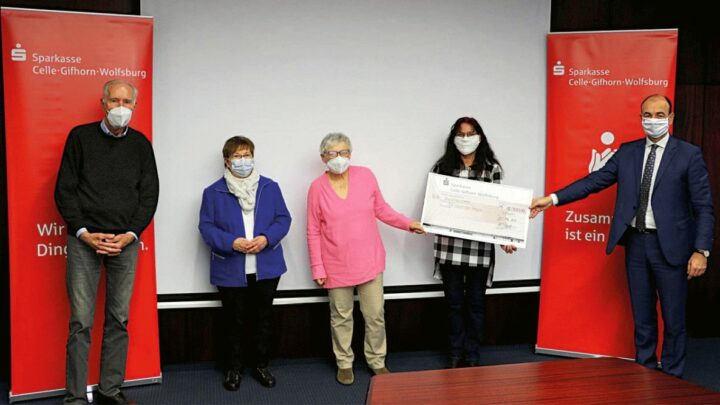Sparkasse Celle-Gifhorn-Wolfsburg zeigt gesellschaftliches Engagement: 12.000 Euro für die Tafeln