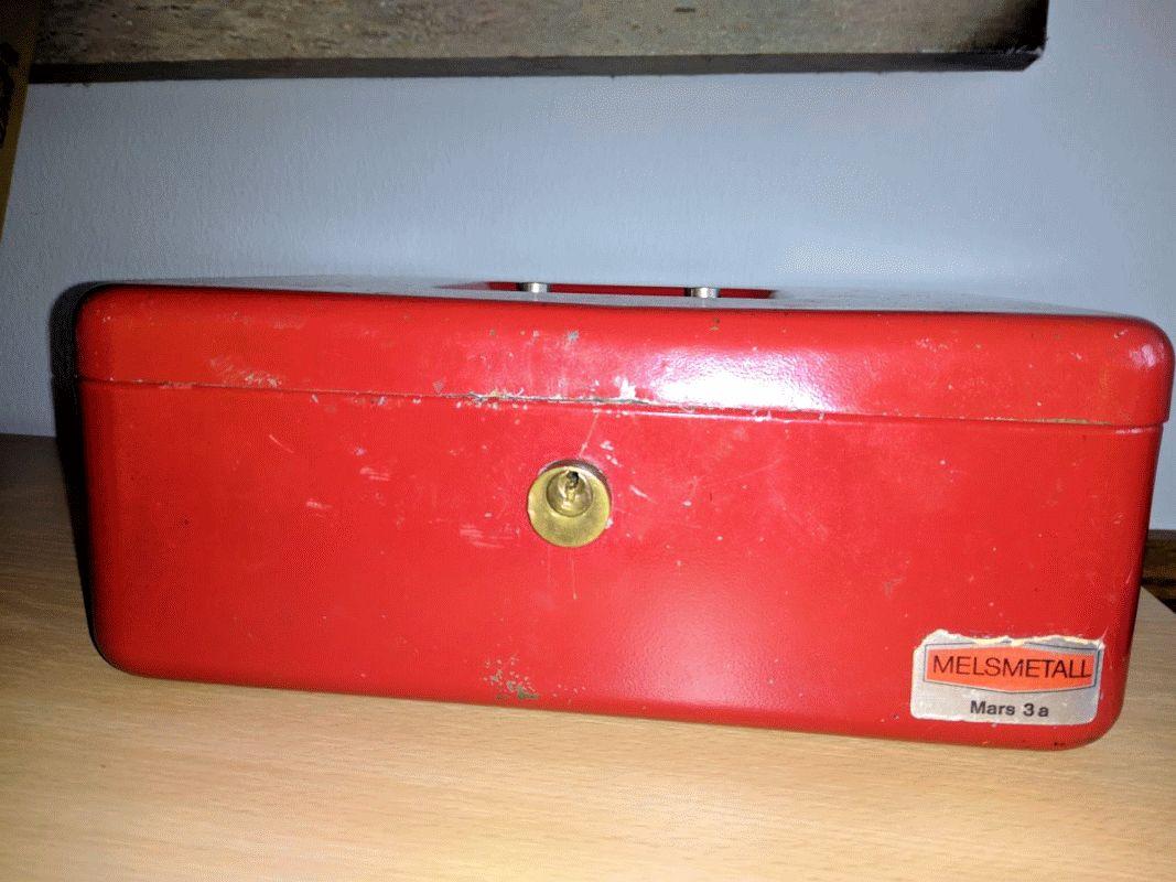 """Wer vermisst eine rote Geldkassette von """"Melsmetall""""?"""