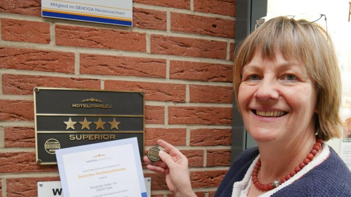 Hotelsterne bestätigt und Modernisierungspläne – Inhaberin Susanne Ostler freut sich über die Bestätigung der 4 Sterne-superior Klassifizierung für ihr Ringhotel Celler Tor
