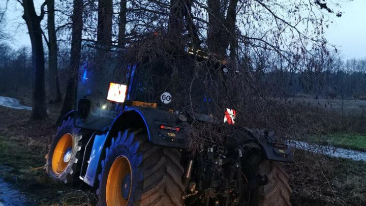 Treckerfahrer fährt bei Eschede gegen einen Baum