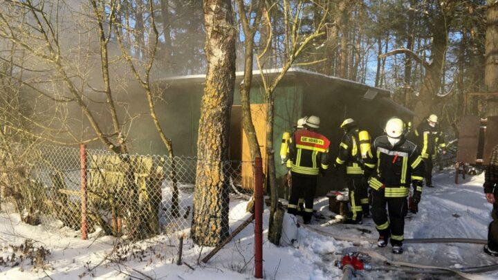 Brennt Holzhütte in Scheuen
