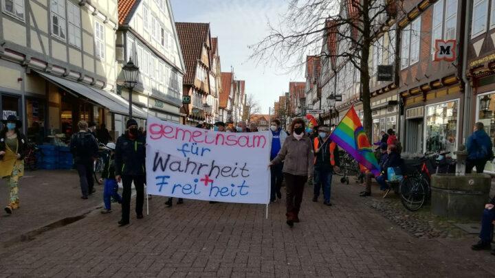 """Die """"Spaziergänge"""" der Befürworter und Gegner von Corona-Maßnahmen *** aktualisiert"""