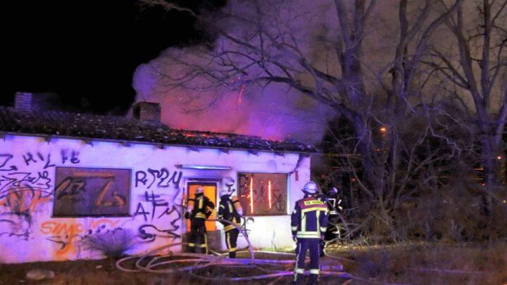 Gebäude brennt teilweise in Vollbrand – eine verstorbene Person *** aktualisiert