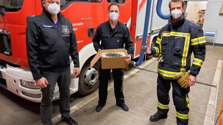 Schornsteinfegerbetrieb Rau spendet Feuerwehr neue Kehreinlagen